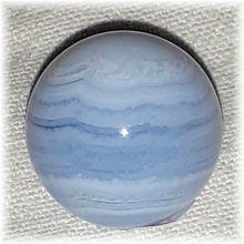 Chalcedon Edelstein-Kugel ca. 20 mm | Steinkugel hellblau gebändert | Chalcedon-Kugel zur Dekoration zur Wellness-Massage | Handschmeichler, Heilstein und Glücksbringer