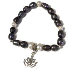Süsswasser Perlen Armband Lotus | helle und grau-bunt schimmernde, unregelmäßige Perlen mit Charms-Anhänger Lotus | auf elastischem Faden