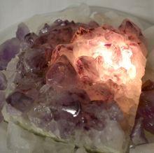 Bergkristall Brocken-Fontänenbrunnen | Dekosteine Bergkristall und Sodalith | Wasserlauf über eine kleine Fontäne | Brunnen ist beleuchtet